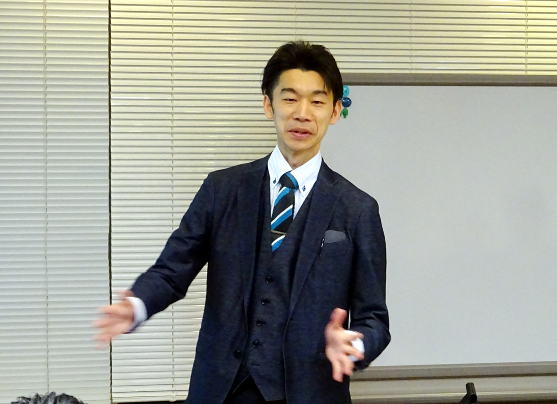 講演する成瀬氏