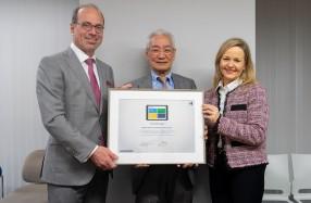100社目ユーザーの証明書贈呈。左から、ハイデルベルグ社のウルリッヒ・ヘルマン氏、ジャパン・スリーブの金井社長、ハイデルベルグ社のゾニヤ・メヒリング氏