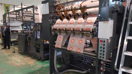 フレキソ印刷機とシートカットユニットを連結したMFX52S