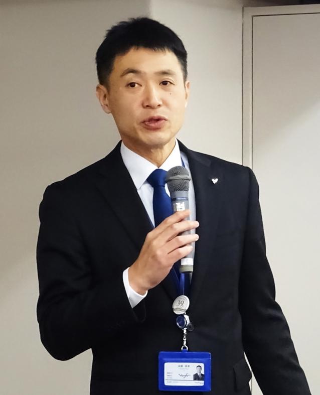 挨拶する須藤取締役本部長