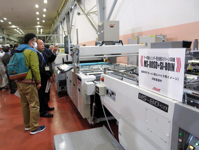 全自動スクリーン印刷機で車両用デカールを印刷実演