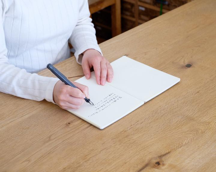 180度フルフラットに開く製本と万年筆で書きやすい用紙で使いやすいノートとなっている