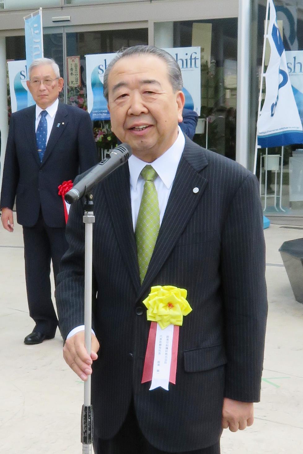 開幕式で挨拶する設楽社長