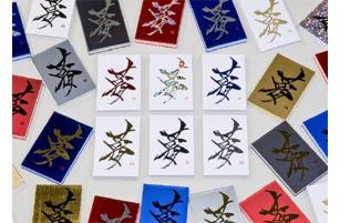 中心が先行発売される6種類。上段左から赤、ホロ、青、下段左から金、黒、銀