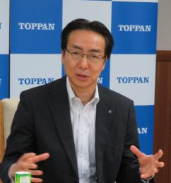 経営施策と事業方針を説明する凸版印刷の麿 秀晴社長