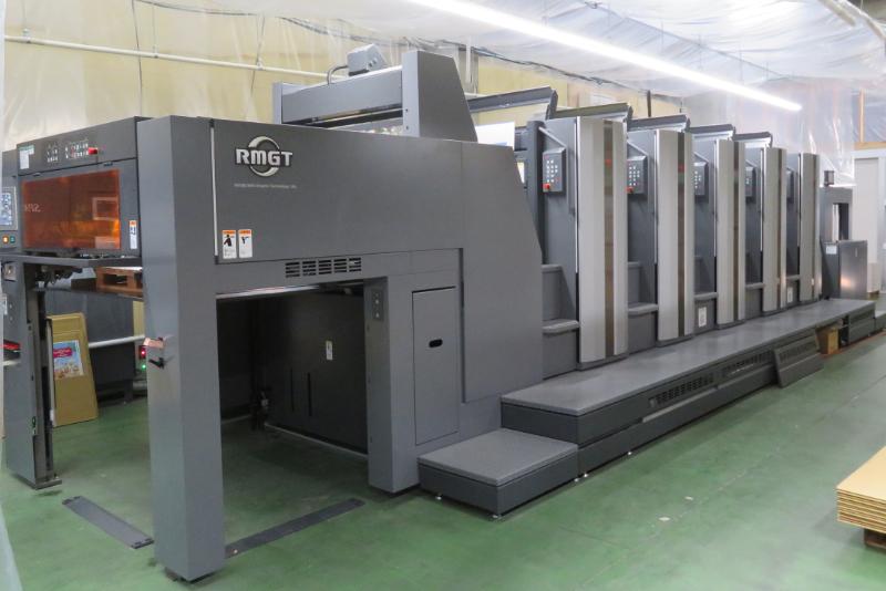 リョービMHIグラフィックテクノロジーの菊全判5色印刷機(LED-UV乾燥装置搭載)