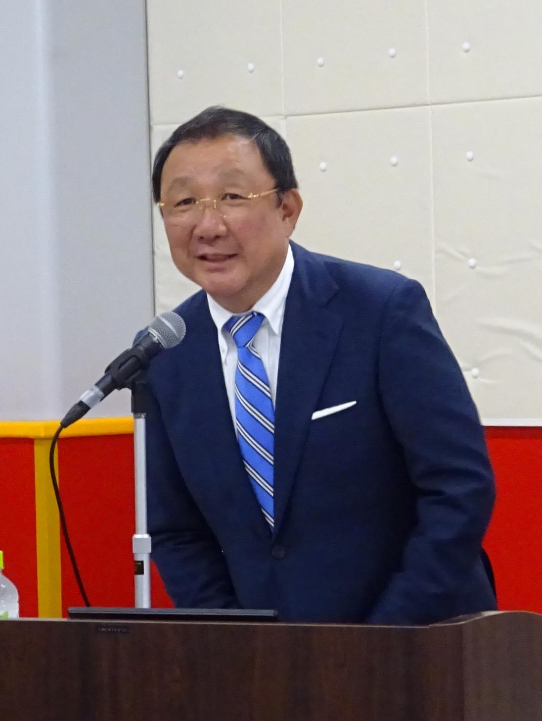 竣工披露会で挨拶を述べる福田社長