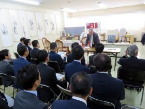 見学会でポイントを説明する橋本社長