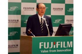発表する富士フイルムHDの古森会長・CEO