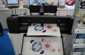 B2判対応の自動シート給紙ユニット付きカッティングプロッター