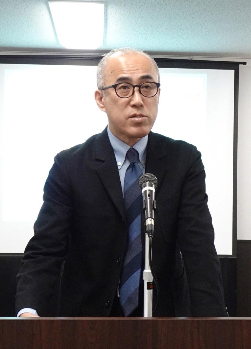 審査講評を述べる寺井審査委員長