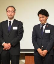 青木議長(右)からバトンを受け取った今井新議長