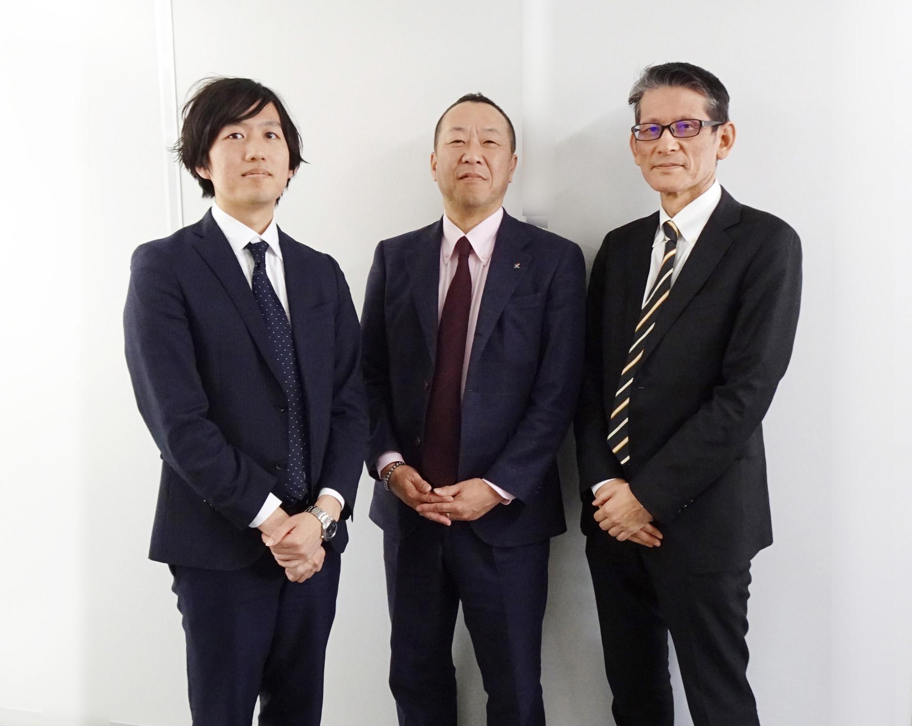 コームラの鴻村社長(中央)と富士ゼロックス粟田氏(右)と鈴木氏(左)