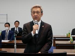 挨拶する滝澤会長