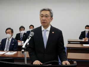 挨拶する滝澤新理事長