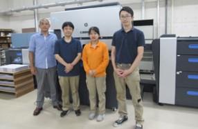 大同至高印刷の川瀬社長(左)とスタッフ。大同至高印刷に導入された「HP Indigo 7900 デジタル印刷機」