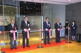 左から岩切氏、金子会長、麿社長、樺山館長