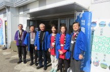 川井社長(左から3番目)アンテナショップの前で