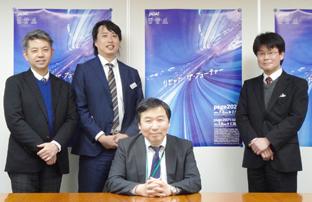 写真は、前列がJAGATの郡司秀明氏、後列左から堀 雄亮氏、塚本直樹氏、小野雄一郎氏