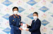 大塚社長(右から)齊藤市長へ目録が贈呈された