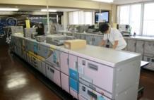 ほぼ無人で稼動するモノクロプロダクションプリンター。人が介在するのは紙の補給程度。